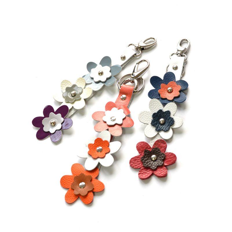 accesoriu cu floricele colorate din piele